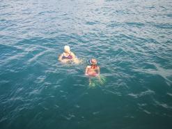 Farmor og Frøya svømmer rundt båten