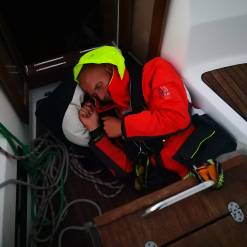 Kapteinen tar en lur før natten.